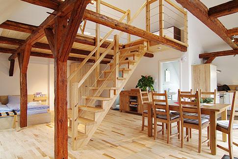 haus mit offener galerie raum und m beldesign inspiration. Black Bedroom Furniture Sets. Home Design Ideas